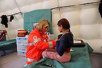 Roma 28 Febbraio 2009.Prima campagna di vaccinazione della Croce Rossa Italiana riguardante i bambini del campo nomadi Casilino 900, uno dei più grandi della Capitale.. Medico della Croce Rossa Italiana visita un bambina rom