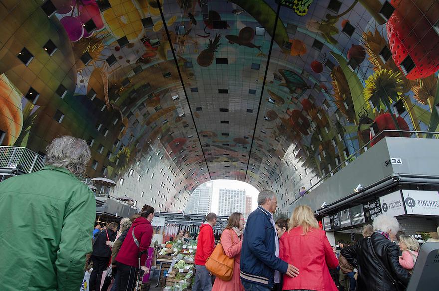 10okt2014<br /> Overzicht van het winkelende publiek in de nieuwe markthal in Rotterdam.<br /> (c)renee teunis