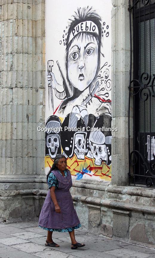 Oaxaca, estado de tradiciones heterog&eacute;neas y resistencia. <br /> Por Patricia Castellanos.<br /> <br /> Oaxaca de Ju&aacute;rez, Oax. 25/07/2016.- Este fin de semana se han llevado a cabo diferentes actividades culturales y tradicionales en el marco de los festejos de la Guelaguetza.<br /> <br /> En ausencia de Gabino Cu&eacute; Monteagudo, gobernador de Oaxaca, la titular de la Secretar&iacute;a de Turismo y Desarrollo Econ&oacute;mico (STyDE), &Aacute;ngela Hern&aacute;ndez Sibaja; se acompa&ntilde;&oacute; por funcionarios federales y municipales para inaugurar la 19&deg; edici&oacute;n de la &ldquo;Feria del Mezcal&rdquo;, as&iacute; como la 4&deg; edici&oacute;n del &ldquo;Encuentro Artesanal&rdquo;, evento para el cual efect&uacute;o un recorrido por el Parque Ju&aacute;rez &ldquo;El llano&rdquo; donde est&aacute; instalada esta exposici&oacute;n.<br /> <br /> Enmarcando el previo a la realizaci&oacute;n de la &ldquo;Guelaguetza 2016&rdquo;, poco m&aacute;s de 13 delegaciones de los pueblos ind&iacute;genas de las 8 regiones de Oaxaca que participar&aacute;n en este primer &ldquo;Lunes del Cerro&rdquo; llevaron a cabo su desfile tradicional, mismo que fue ovacionado por el p&uacute;blico presente, entre oaxaque&ntilde;os, y visitantes nacionales y extranjeros, estos &uacute;ltimos quedando maravillados con la muestra de la riqueza cultural que tiene la entidad.<br /> <br /> La &ldquo;Leyenda de la Princesa Donaj&iacute;&rdquo; y el sacrificado amor por su pueblo, es una de las representaciones m&aacute;s emblem&aacute;ticas y emotivas de la Guelaguetza, ya que cuenta la historia de Oaxaca cuando era dominada por las culturas Zapoteca y Mixteca, as&iacute; como su lucha contra el imperio Mexica que pretendia conquistarla y anexarla a su imperio, por lo que a&ntilde;o con a&ntilde;o es representada en el auditorio del cerro del Fort&iacute;n, congregando a miles de visitantes nacionales e internacionales durante las fiestas de julio.<br /> <br /> Como par