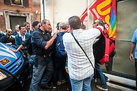 Roma 11 Settembre 2012.I lavoratori della GESIP, multiservizi di Palermo a rischio liquidazione protesta davanti il Parlamento in concomitanza del tavolo di discussione, a cui il sindaco Orlando si presenta con un piano di liquidazione della GESIP a fine 2012, per arrivare alla costituzione di una società consortile partecipata al 51% dal Comune stesso.I manifestanti vengono bloccati dalla polizia .