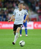 FUSSBALL  EUROPAMEISTERSCHAFT 2012   VIERTELFINALE Deutschland - Griechenland     22.06.2012 Bastian Schweinsteiger (Deutschland) Einzelaktion am Ball