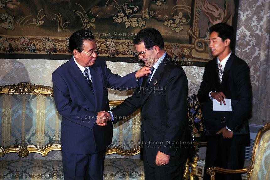 Roma 1996.Il  Presidente del Consiglio  Romano Prodi riceve a Palazzo Chigi Li Peng premier della Repubblica popolare cinese, che gli sistema la cravatta
