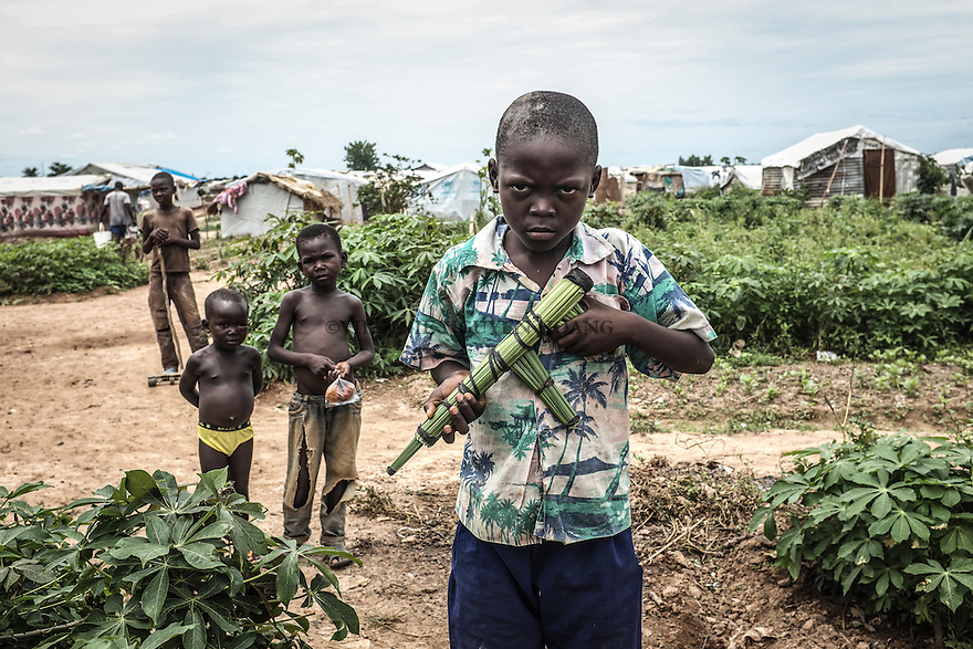 CAR, Bangui: A boy is playing at the war with his friend. He's posing with his fake gun made by stalks 17th April 2016.<br /> RCA, Bangui : Un gar&ccedil;on joue &agrave; la guerre avec son ami . Il pose avec sa fausse arme faite avec des tiges 17 avril 2016 .