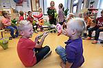 Foto: VidiPhoto<br /> <br /> POELDIJK &ndash; Kinderen van groep 1 en 2 van basisschool Verburch-hof in Poeldijk (ZH) hebben maandag juf Anneke eens flink in de bloemetjes gezet. Niet zonder reden, want maandag was het Dag van Leraar. In heel Nederland werden juffen en meesters door hun leerlingen verrast met bloemen, cadeautjes en of tekeningen. Ondanks toenemende werkdruk, vollere klassen en maatschappelijke issues als pesten, staan leraren elke dag vol enthousiasme voor de klas. De stichting &ldquo;Een 10 voor de Juf&rdquo; zet zich in om op de Dag van de Leraar de waardering voor het werk van leerkrachten daadwerkelijk te tonen. Afgelopen weekend werd onder meer bij tuincentra en bloemisten volop geknutseld en gekleurd door kinderen om het bloemetje extra persoonlijk te maken. De klas van juf Anneke zitten 24 kinderen in de leeftijd van 4-6 jaar.