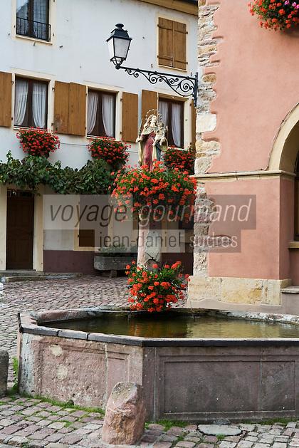 Europe/France/Alsace/68/Haut-Rhin/ Westhalten:  Vieille fontaine du village