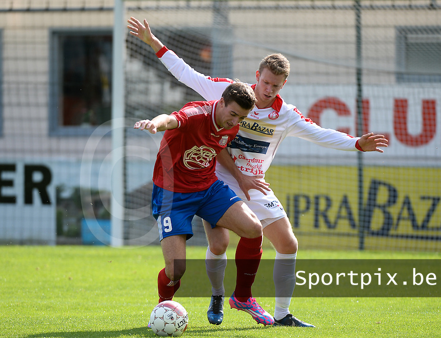 FC Gullegem - Londerzeel SK : Pieter Vangheluwe (r) verdedigt op Sander Van Eyk <br /> foto VDB / BART VANDENBROUCKE