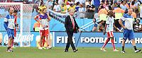 FUSSBALL WM 2014                ACHTELFINALE Argentinien - Schweiz                  01.07.2014 Trainer Ottmar Hitzfeld (Mitte, Schweiz) verlaesst nach dem Abpfiff enttaeuscht den Platz