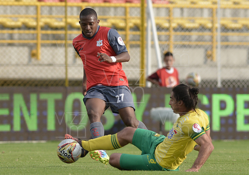 BOGOTÁ -COLOMBIA, 14-01-2015. Jairo Roy Castillo (Izq) jugador del Deportes Quindio disputa el balón con Carlos Giraldo (Der) jugador de Atlético Bucaramanga durante partido por la fecha 1 de los cuadrangulares de ascenso Liga Águila 2015 jugado en el estadio Metropolitano de Techo de la ciudad de Bogotá./ Jairo Roy Castillo (L) player of Deportes Quindio vies for the ball with Carlos Giraldo (R) player of Atletico Bucaramanga during the match for the first date of the promotion quadrangular of the Aguila League 2015 played  at Metropolitanos de Techo stadium in Bogota city. Photo: VizzorImage/ Gabriel Aponte / Staff