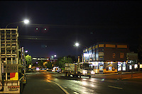 In the middle of the night, Frank Malfroy's truck crosses the sleeping town of Cowra. At night, during the transhumance, the biggest risk for the beekeepers is an accident with a kangaroo.///En pleine nuit, le camion de Franck Malfroy traverse la petite ville endormie de Cowra. La nuit, pendant les transhumances, le plus grand danger pour les apiculteurs est l'accident avec un kangourou.