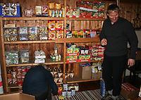 Schulzhytta blir selvbekjent om sommeren, ikke økonomi med betjening. Odd Harald Eriksen, driftssjef i Trondhjems Turistforening. Her utrustes matlageret for selvbetjening, som blir en vel utrustet butikk.