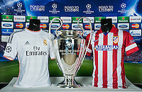 FUSSBALL  CHAMPIONS LEAGUE  FINALE  SAISON 2013/2014  09.05.2013 Real Madrid - Atletico Madrid Trikots der beiden Teams und der CHL Pokal