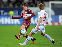 FUSSBALL   1. BUNDESLIGA  SAISON 2011/2012   30. Spieltag FC Augsburg - VfB Stuttgart           10.04.2012 Gotoku Sakai (li, VfB Stuttgart) gegen Axel Bellinghausen (FC Augsburg)