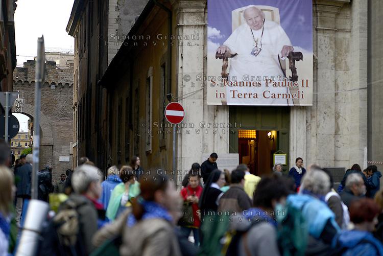 Roma, 26- 27 Aprile<br /> 2 Papi Santi<br /> Canonizzazione di Papa Giovanni Paolo II e Papa Giovanni XXIII.<br /> Fedeli in Piazza San Pietro e nelle vie limitrofe in attesa della canonizzazione.<br /> Two Popes Saints.<br /> Faithful in St. Peter's Square and surrounding streets waiting for the canonization.<br /> The canonization of the two Popes.