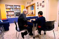 Roma  21 Novembre 2008.Casa di Cristian  della Caritas diocesana di Roma per l'accoglienza di mamme con i figli.Volontaria della Caritas  gicca con un bambino