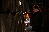 Europe/France/Midi-Pyrénées/32/Gers/Montréal-du-Gers: Chai de viellissement AOC Armagnac du Domaine de Pellehaut  - Mathieu Béraut lors d'une dégustation [Non destiné à un usage publicitaire - Not intended for an advertising use]