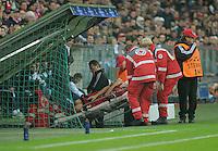 FUSSBALL   CHAMPIONS LEAGUE   SAISON 2011/2012     02.11.2011 FC Bayern Muenchen - SSC Neapel Bastian Schweinsteiger (FC Bayern Muenchen) wird verletzt aus dem Stadion  getragen
