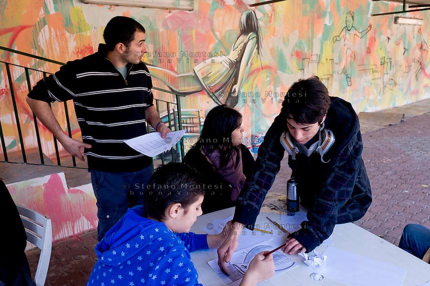 Roma 13 Marzo 2015<br /> &ldquo;Incontri, storie, colori ed emozioni&rdquo; &egrave; il progetto che l&rsquo;artista Alice Pasquini ha realizzato  con i ragazzi minori dei centri Caritas, dipingendo un murales nel Centro di  Accoglienza di Via Venafro, 30.<br /> Alice &egrave; delle pochissime street artist italiane di riconosciuta e consolidata fama internazionale ed &egrave; annoverata tra le pi&ugrave; importanti al mondo. Ha realizzato pi&ugrave; di mille opere pubbliche in ogni parte del pianeta.<br /> Rome March 13, 2015<br /> &quot;Meetings, stories, colors and emotions&quot; is the project that the artist Alice Pasquini has realized with the young immigrants painting a mural at the Caritas center in Rome.<br /> Alice is of the very few Italian street artist of recognized and established international reputation and is counted among the most important in the world. He has made more than a thousand public works in every part of the planet.