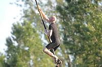 FIERLJEPPEN: BURGUM: 21-07-2015, Henk Schievink in training voor de NFM wedstrijden in It Heidenskip, ©foto Martin de Jong