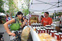At the organic market on Union Square, Andrew Coté sells his honey from New York and also the honey that he produces in Connecticut to a trendy clientele. He works with Justfood.org to have a bigger base in the circle of community and educational gardens.