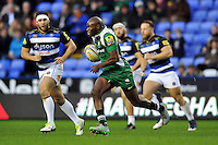 Topsy Ojo of London Irish goes on the attack. Aviva Premiership match, between London Irish and Bath Rugby on November 7, 2015 at the Madejski Stadium in Reading, England. Photo by: Patrick Khachfe / Onside Images