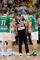 Trainer Velimir Petkovic (FAG) gibt Anweisungen, links Michael Haaß und rechts Bojan Beljanski (alle FAG)