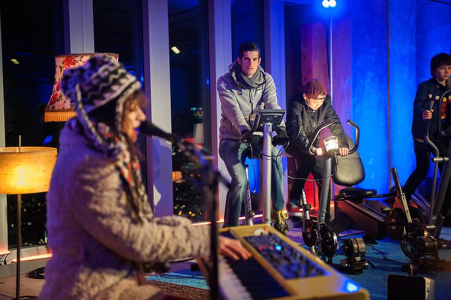 Nederland, Rotterdam, 23 maart 2013<br /> Earth hour.<br /> Om bewustzijn te kweken voor het enorme energiegebruik van de huidige maatschappij, wordt wereldwijd op Earth Hour het licht een uur uitgedaan, door wie vrijwillig meedoet. In nederland wordt de aktie door het Wereld Natuurfonds gevoerd. Rotterdam deed een uur lang de verlichting van de Erasmusbrug uit.<br /> Foto(c): Michiel Wijnbergh