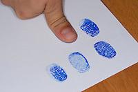Fingerabdruck, Fingerabdrücke mit einem Stempelkissen nehmen, sammeln, sichten, vergleichen
