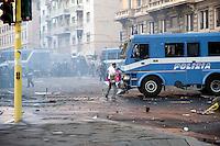 Roma  15 Ottobre 2011.Manifestazione contro la crisi e l'austerità.Scontri tra manifestanti e forze dell'ordine.Un manifestante tenta di fermare un blindato della polizia in piazza San Giovanni.