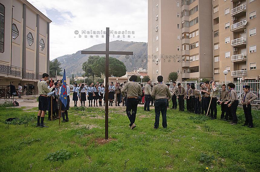 Parrocchia San basilio a Palermo, ragazzi del gruppo scout della parrocchia durante le attivit&agrave; nel cortile della chiesa.<br /> San Basilio parrish: boy scout in the courtyard of the church
