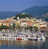 Italy, Liguria, Sanremo at Riviera di Ponente: Town and Marina | Italien, Ligurien, Sanremo an der Riviera di Ponente und Hauptort der Riviera dei Fiori (Blumenriviera): Stadtansicht mit Yachthafen