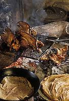"""Europe/France/Limousin/19/Corrèze/Pays de Brive/Brive-la-Gaillarde : On grille les """"demoiselles"""" (carcasses) et on prépare les """"tourtous"""" (crêpes de blé noir)"""