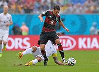 FUSSBALL WM 2014  VORRUNDE    GRUPPE G    in Recife USA - Deutschland                  26.06.2014 Mesut Oezil (vorn, Deutschland) gegen Clint Dempsey (USA)