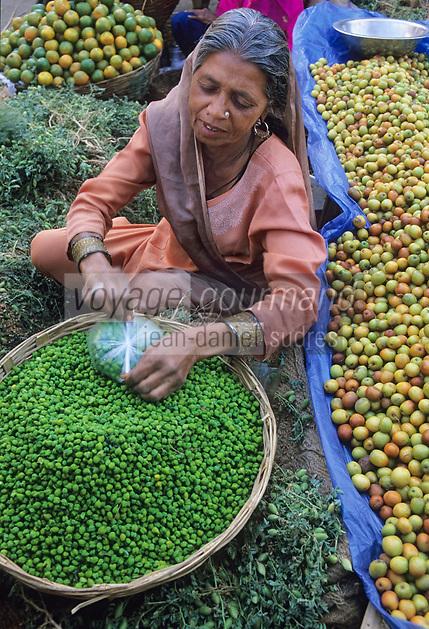 Asie/Inde/Rajasthan/Udaipur: Marché Mandi - Les intouchables vendent les légumes - Femme et poix chiches
