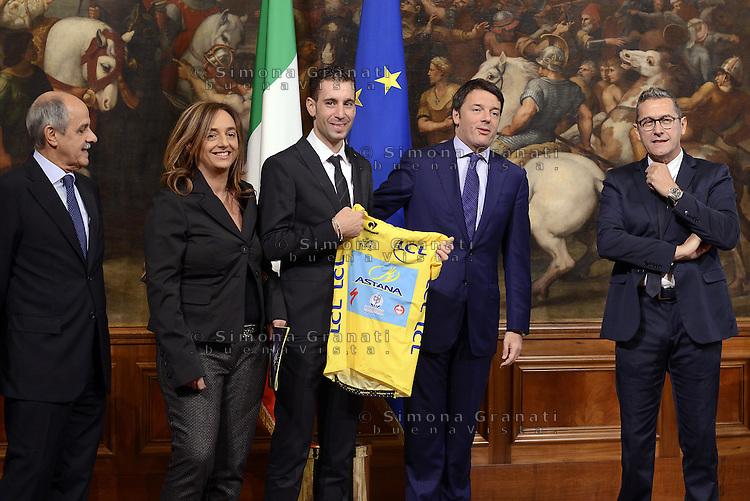 Roma, 28 Ottobre 2014<br /> Il premier Matteo Renzi incontra a Palazzo Chigi il vincitore del Tour de France Vincenzo Nibali.<br /> Nibali regala a Renzi la maglia gialla.