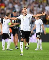 FUSSBALL EURO 2016 VIERTELFINALE IN BORDEAUX Deutschland - Italien      02.07.2016 Benedikt Hoewedes  (Deutschland) jubet nach dem Spielende