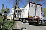 Foto: VidiPhoto<br /> <br /> DODEWAARD - Het kan soms maar net, vrachtwagens die onder de zeventien kunstige bogen in Dodewaard doorrijden. Ze zijn inmiddels bijna klaar. Voor Koningsdag moeten alle constructies gereed zijn. In het Betuwse dorp is het sinds 1898 traditie dat om de vijf jaar rond de koninklijke feestdag en bevrijdingsdag, iedere wijk in een onderlinge competitie zijn eigen ereboog fabriceert. Steeds keer zijn ze weer mooier en spectaculairder. De wijk die de mooiste boog maakt krijgt een prijs van de Oranjevereniging. De bogenroute is inmiddels zo bekend dat toeristen uit heel Nederland speciaal naar Dodewaard komen om de uitbundige bouwwerken te bekijken. De bogenroute is 17 km. lang en telt 17 bogen. Pas op 15 mei wordt alles weer afgebroken. Thema dit jaar is muziek. Foto: De ereboog in Hien, het buurtschap dat steeds tot de topdrie behoort, met een knipoog naar de bloeitijd van de Weense opera.