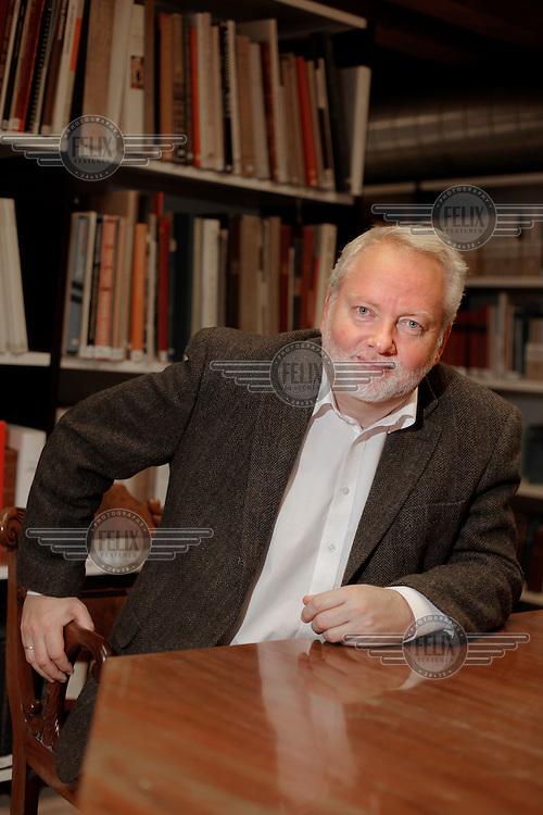 Jørn Holme,  jurist og tidligere politiker for Venstre. Han var førstestatsadvokat fra 1991 til 2001 da han ble statssekretær i Justisdepartementet for Odd Einar Dørum i Bondevik II-regjeringen, et verv han hadde fra 2001 til 2004. Fra 2004 til 2009 var han sjef for Politiets sikkerhetstjeneste (PST). Som PST-sjef viste han større åpenhet om tjenesten utad enn sine forgjengere. I oktober 2009 tiltrådte han som ny riksantikvar etter Nils Marstein....©Fredrik Naumann/Felix Features