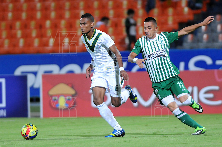 MEDELLIN - COLOMBIA - 07-09-2013: Fernando Uribe (Der.) jugador del Atletico Nacional disputa el balón con William Tesillo (Izq.) jugador del Deportes Quindio durante el partido en el estadio Atanasio Girardot de la ciudad de Medellin, septiembre 7 de 2013. Atletico Nacional y Deportes Quindio durante partido por la quinta fecha de las de la Liga Postobon II. (Foto: VizzorImage / Luis Rios / Str). Fernando Uribe (R), player of Atletico Nacional vies for the ball witm WilliamTesillo (L) player of Deportes Quindio during a math in the Atanasio Girardot Stadium in Medellin city, September 7, 2013. Atletico Nacional and Deportes Quindio in a match for the fifth round of the Postobon II League. (Photo: VizzorImage / Luis Rios / Str).