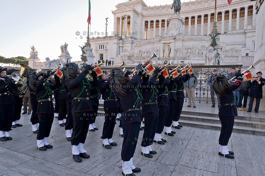 Roma, Italy. 17th January 2016 <br /> The Guard of Honor to the royal tombs  to the Altar of the Fatherland,  with the fanfare of the Bersaglieri.<br /> The Guard of Honor to the royal tombs of the Pantheon must keep alive the memory linked to house of Savoy , the Risorgimento , and national military traditions.  The National Institute for the Guard of Honour to the Royal Tombs of the Pantheon celebrates the 138th anniversary of its founding in 1878 , built to provide the service of guarding the tombs of the kings of Italy at the Pantheon.
