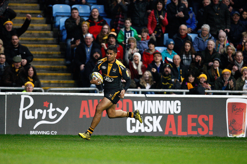 Photo: Richard Lane/Richard Lane Photography. Wasps v Saracens. Aviva Premiership. 27/12/2015. Wasps' Frank Halai attacks.