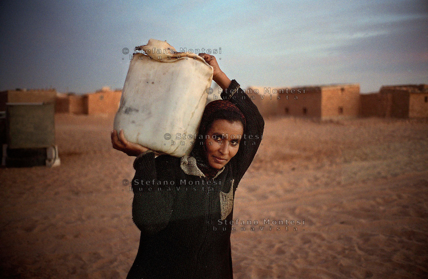 The Saharawi refugee camp  Smara..Sahrawi woman back from well water.January 2008
