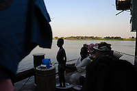 Around four hundred south sudanese people arrive at Juba's port, one day ahead of the referendum taht will decide the future of Southern Sudan. The twelve day journey up the river Nile started in Sudan's capital, Khartoum. ..Thousands are flewing the northern areas of Sudan in direction to the south, so they can vote on the referendum for independence of the south.