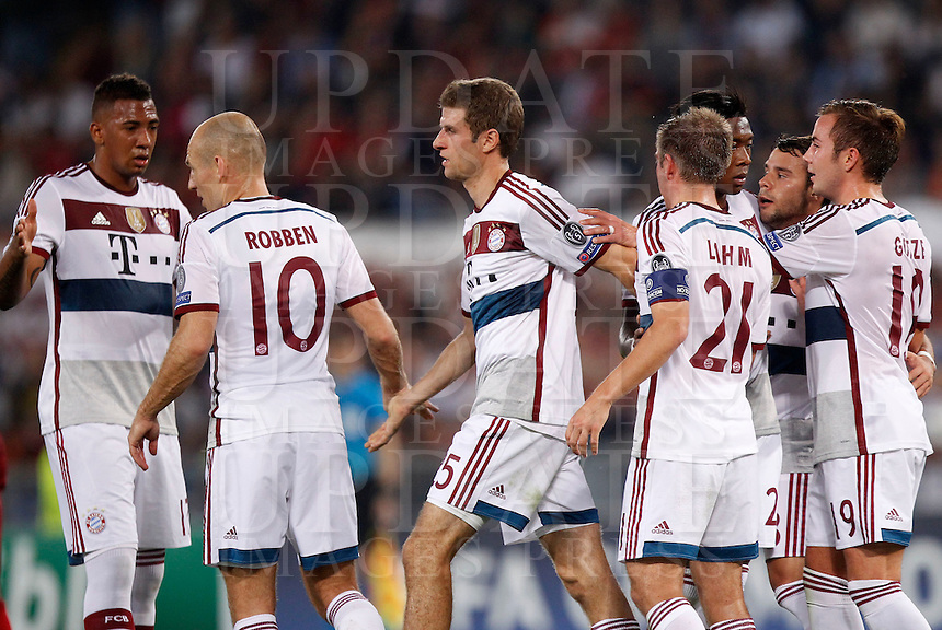 Calcio, Champions League, Gruppo E: Roma vs Bayern Monaco. Roma, stadio Olimpico, 21 ottobre 2014.<br /> Bayern&rsquo;s Thomas Mueller, third from right, celebrates after scoring on a penalty kick during the Group E Champions League football match between AS Roma and Bayern at Rome's Olympic stadium, 21 October 2014.<br /> UPDATE IMAGES PRESS/Isabella Bonotto