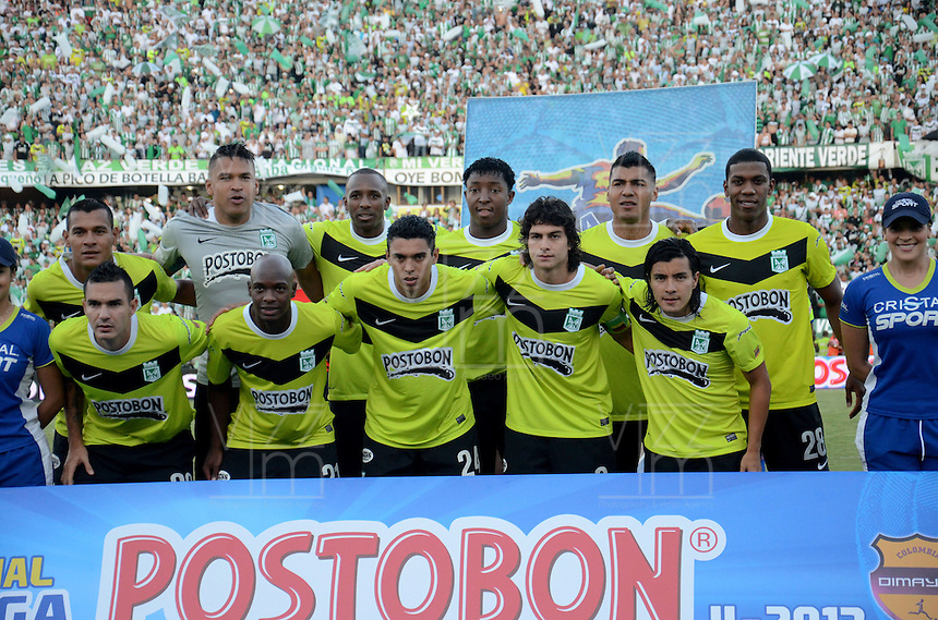 MEDELLÍN -COLOMBIA-15-12-2013. Jugadores de Atlético Nacional posan para una foto de grupo previo al partido de vuelta contra del Deportivo Cali por la final de la Liga Postobón II 2013 jugado en el estadio Atanasio Girardot de la ciudad de Medellín./ Players of Atletico Nacional pose to a photo group prior a second leg match against Deportivo Cali for the final of the Postobon League II 2013 at Atanasio Girardot stadium in Medellin city. Photo: VizzorImage/Luis Ríos/STR
