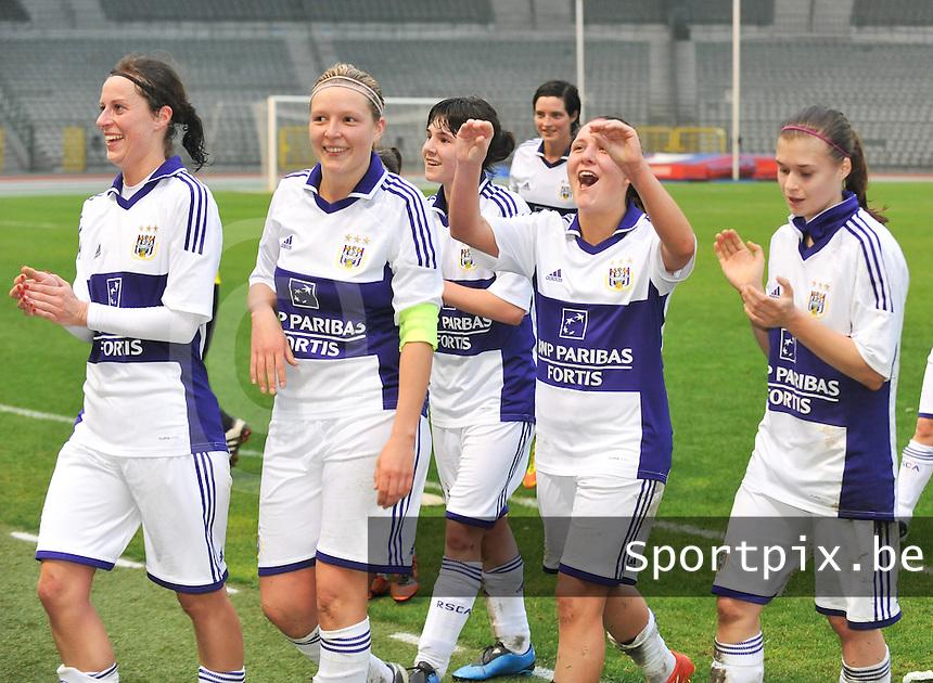 RSC Anderlecht Dames - Standard Femina de Liege : vreugde bij Anderlecht na de zege tegen Standard . Laurence Marchal daagt de supporters van standard uit.foto DAVID CATRY / Vrouwenteam.be