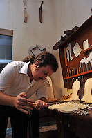 Cremona, Museo del violino e dell&rsquo;arte antica della liuteria. Laboratorio di liuteria all'interno del museo<br /> Cremona, Museum of the violin and the ancient art of violin making. Violin making workshop inside the museum