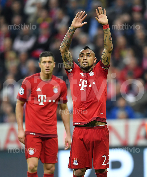 FUSSBALL CHAMPIONS LEAGUE  SAISON 2015/2016 VIERTELFINALE HINSPIEL FC Bayern Muenchen - Benfica Lissabon         05.04.2016 Die Haende zum Himmel...... Arturo Vidal (FC Bayern Muenchen) macht mit.