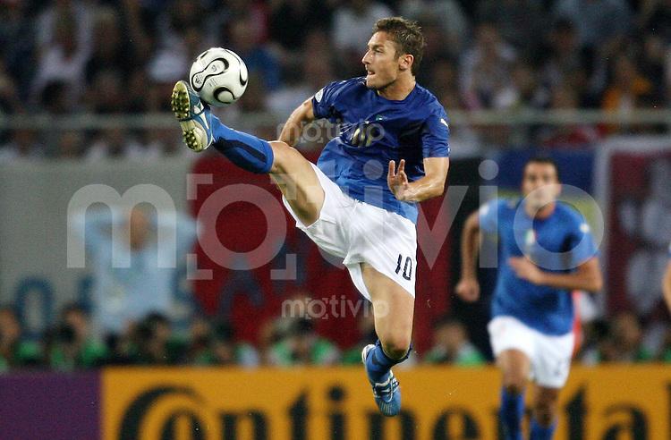 Fussball WM 2006   Viertelfinale    Italien - Ukraine Francesco TOTTI (ITA), Einzelaktion am Ball