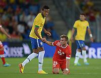 FUSSBALL  INTERNATIONAL  Testspiel Schweiz - Brasilien    14.08.2013 Luiz GUSTAVO (li, Brasilien) hilft Xherdan SHAQIRI (re, Schweiz) auf