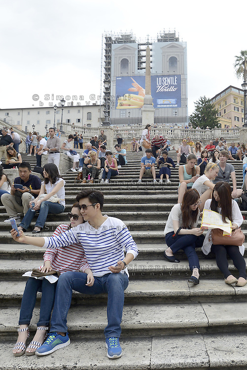 Roma, 19 Settembre 2014<br /> Polemiche per la maxi pubblicit&agrave; della pasta Voiello che copre la facciata della chiesta di Trinit&agrave; dei Monti a Piazza di Spagna.Turisti fanno un selfi.<br /> Maxi Advertise onTrinit&agrave; dei Monti.<br /> Rome, 19 September 2014 <br /> Controversy for the maxi advertising pasta Voiello covering the facade of the church of Trinita dei Monti in Piazza di Spagna